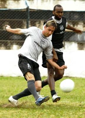 Jogadores fazem treinamento pesado para enfrentar o vice-líder