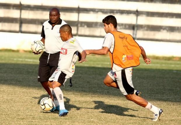 Foto: PROCURA-SE Caçapa testou diferentes formações no meio de campo, mas ainda não encontrou jogador ideal para fazer a função de meia