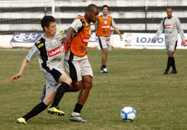 Foto: Zagueiro Fabiano (de colete) vai aparecer entre os titulares na partida deste sábado