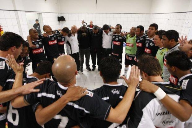 Foto: No vestiário da Arena Joinville, jogadores do Operário encontraram condições bem melhores do que estão acostumados na Série D. Na foto, o momento da reza antes de entrar em campo para enfrentar o time da casa