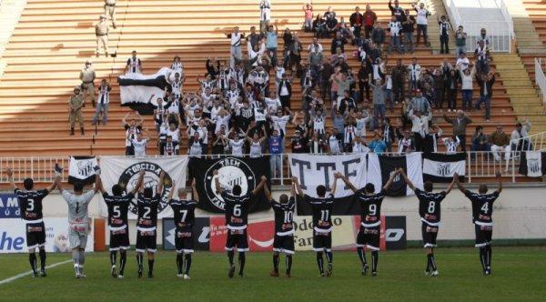 Foto: Os fiéis torcedores do Fantasma encararam a estrada para ver o time em Joinville. Pelo menos a viagem foi mais curta do que para Porto Alegre e Itápolis-SP