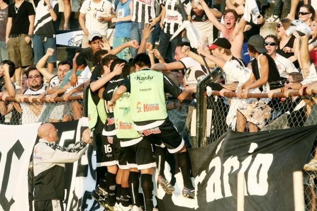 Foto: Após o fim do jogo contra o São José, jogadores e comissão técnica foram comemorar com a torcida