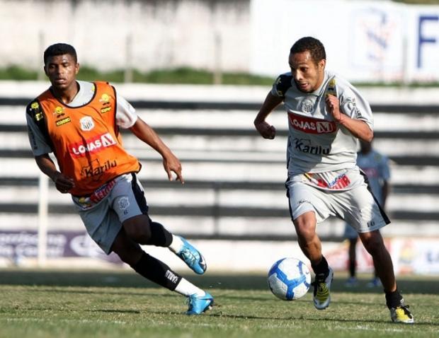 Foto: Edson Grilo (com a bola) será uma das novidades no time do Operário no jogo de amanhã pelo Brasileiro