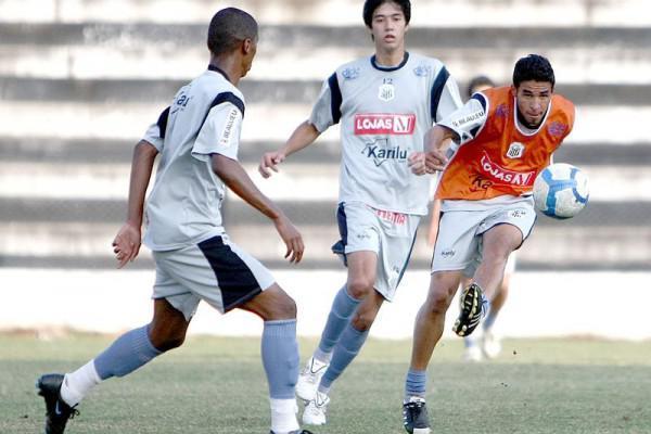 Foto: Lateral Péricles, de colete, é uma das novidades do time que joga hoje contra o Joinville