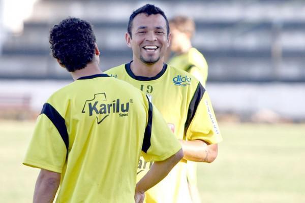 Foto: Edenilson chama a torcida para jogo de amanhã que vale vaga na Série C do Brasileiro