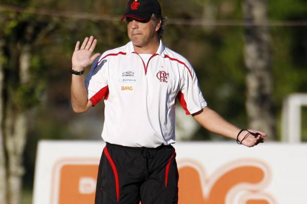 Foto: Rogério Lourenço, ex-Flamengo, seria mais um dos nomes especulados para assumir o Operário