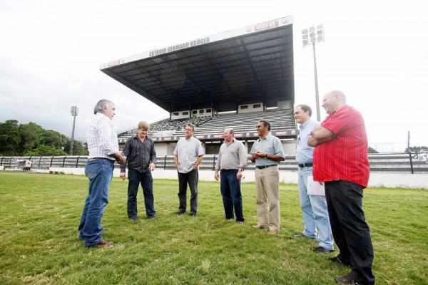 Foto: Dirigentes do Operário e representantes de empresas de Ponta Grossa e Curitiba fizeram ontem avaliação final para a reforma do gramado