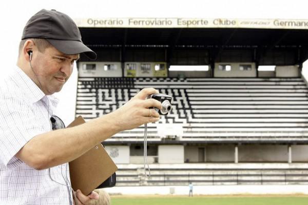 Foto: Reginaldo Cordeiro durante vistoria para o Paranaense de 2010; Germano Krüger vai precisar receber melhorias