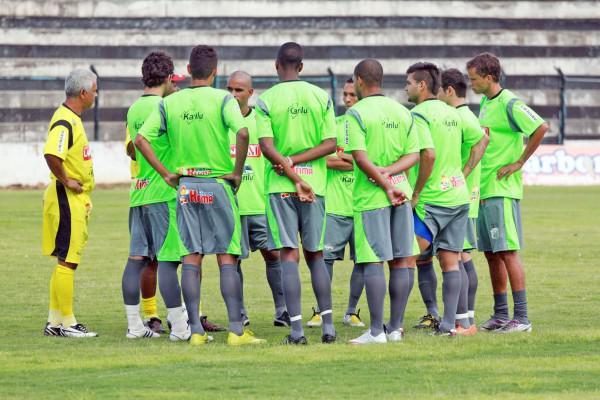 Foto: Treinador aproveitou coletivo para fazer mais ajustes no time que vai encarar o campeão Coritiba na estreia do Paranaense