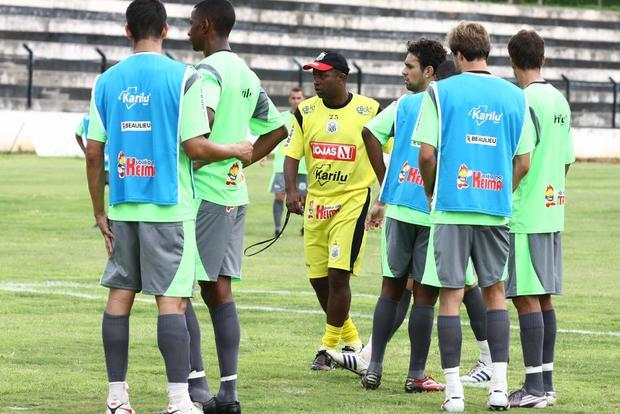 Foto: DIFICULDADES Amilton Oliveira admite algumas dificuldades com elenco reduzido e ainda vê possibilidade de seu time estrear longe de casa