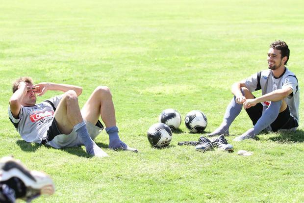 Foto: EM FAMÍLIA Primos, Alisson (esq.) e Vinícius (dir.) formam a dupla de zaga do Operário diante do Coritiba