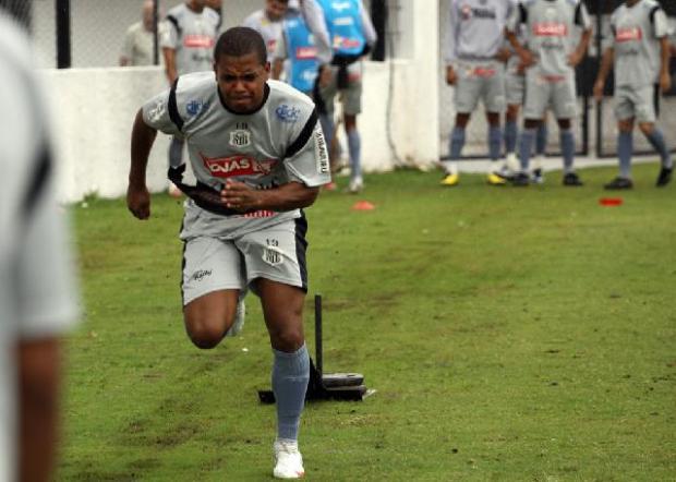 Foto: Hevandro tenta tirar o peso das costas e fazer o primeiro gol pelo alvinegro