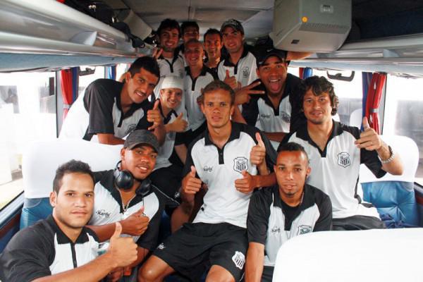 Foto: Jogadores do Operário embarcaram ontem à tarde para o jogo de hoje contra o Roma
