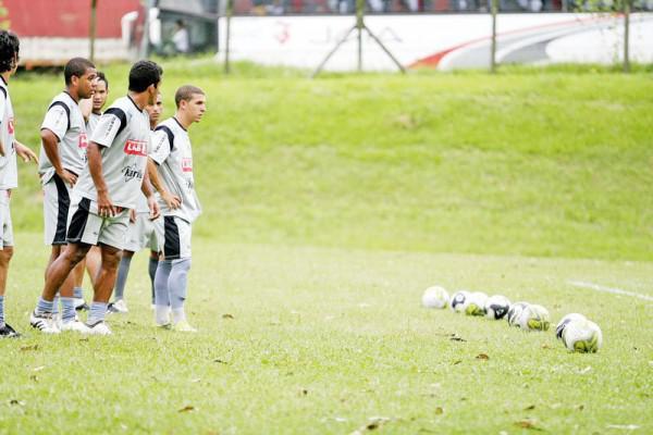 Foto: Treinamento da tarde teve jogadas de ataque ede defesa reforçadas pelo técnico Amilton Oliveira
