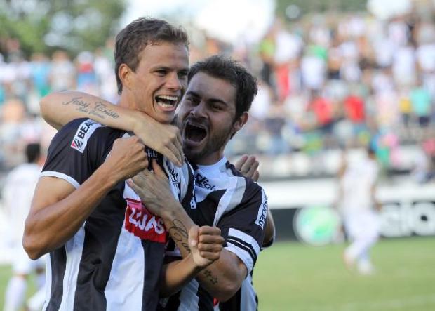 Foto: Cambará, o nome do jogo, com o lateral Gilson - Foto: Luciano Mendes