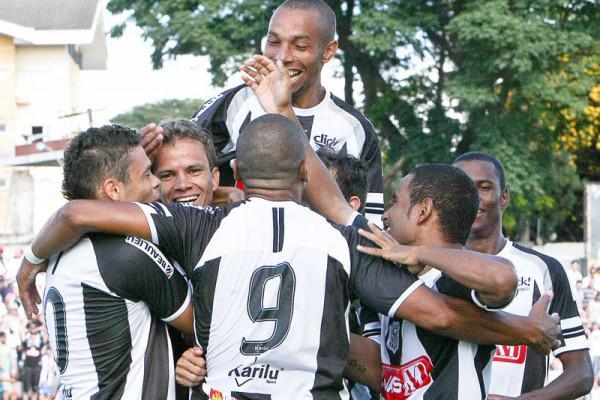 Foto: Jogadores do Operário comemoram goleada com o apoio da torcida