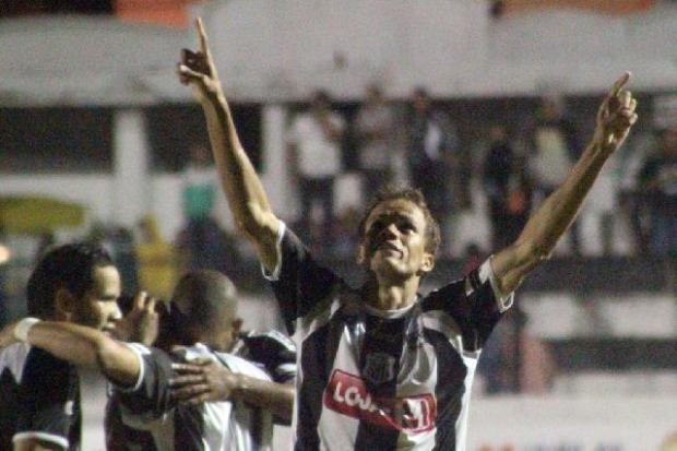 ambará comemora o quinto gol dele no Paranaense 2011 - Foto: Thiago Terada