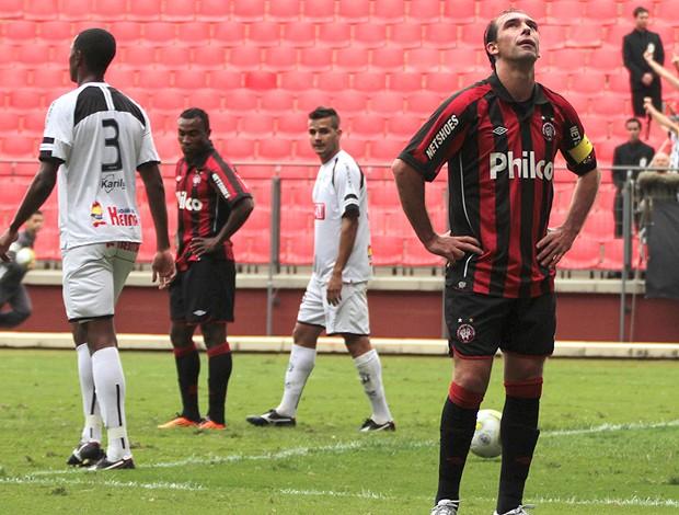 Foto: Furacão desperdiçou muitas chances, inclusive com Paulo Baier, e perdeu em casa (Foto: Agência Estado)
