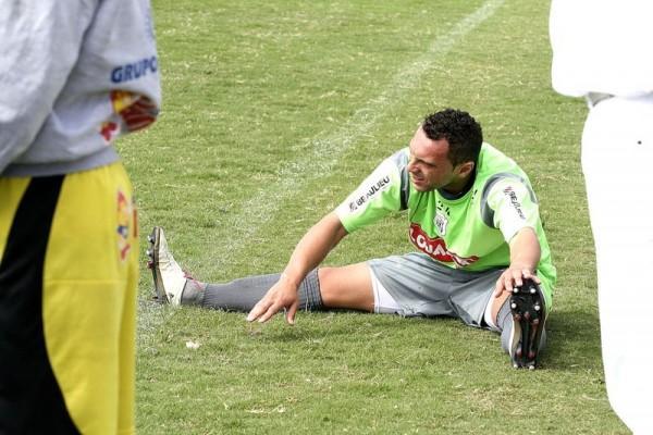 O atacante Mateus chegou a treinar ontem, mas voltou a sentir dores na coxa e desfalca a equipe