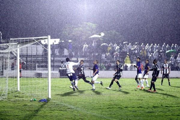 Apesar de insistir, os jogadores do Operário perderam muitas chances de gol