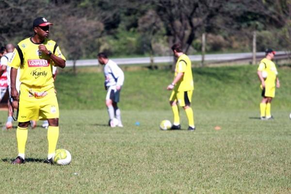 O treinador Amilton Oliveira escala time pensando em vitória na última rodada do Estadual