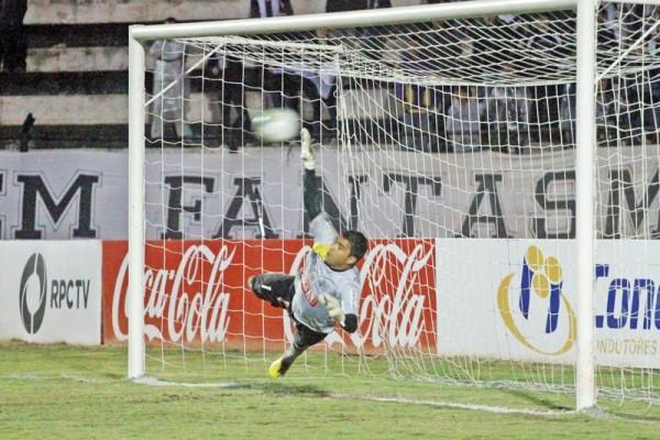 O goleiro Ivan, ídolo da torcida, perdeu pênalti durante a final contra o Cianorte