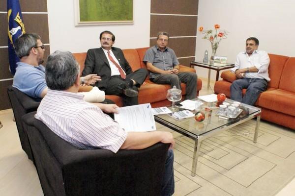O reitor João Carlos Gomes recebeu nessa quarta-feira os diretores do Operário Ferroviário