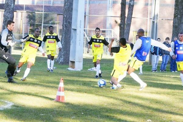 Ontem à tarde os jogadores realizaram um treinamento técnico e tático no campo da UTFPR