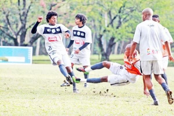 O volante Ferreira machucou o joelho direito durante uma dividida no treinamento de ontem - Foto: Clevert Augusto