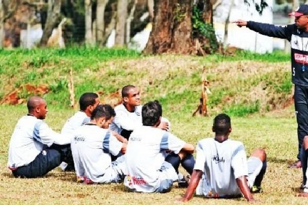 O técnico Amilton Oliveira conversa com os jogadores titulares sobre a necessidade de vitória na partida desta tarde