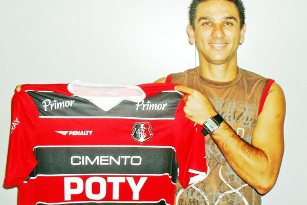 Marcelinho posa com a camisa do Santa Cruz, um dos clubes pelo qual passou, antes de desembarcar em Vila Oficinas