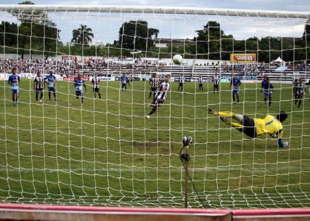 Dhiego Martins marca contra o Iraty na última sequência de vitórias - Foto: Luciano Mendes
