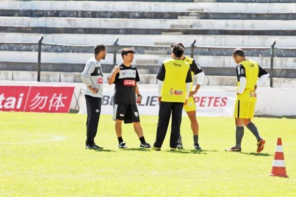 Comandante alvinegro orienta jogadores para duelo contra o Cerâmica - Foto: Clebert Gustavo