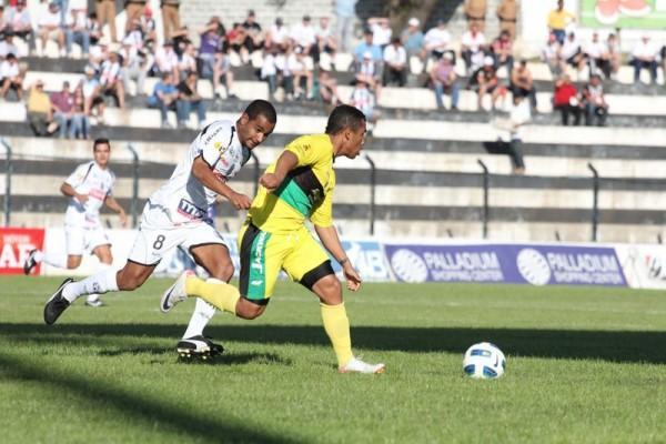 Volante Serginho Paulista disputa a bola com jogador adversário - Foto: Clebert Gustavo