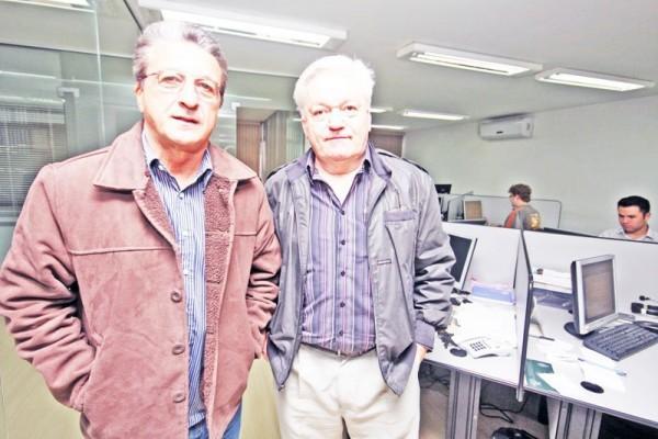 Carlos Roberto Iurk e o colunista do JM, Altair Bail, em visita à Redação - Foto: Christopher Eudes