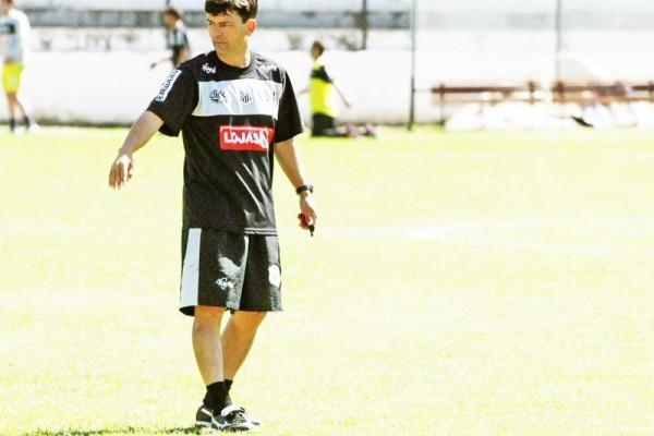 Time comandado pelo técnico Igor (foto) pode ter um goleiro de impacto para a temporada 2012
