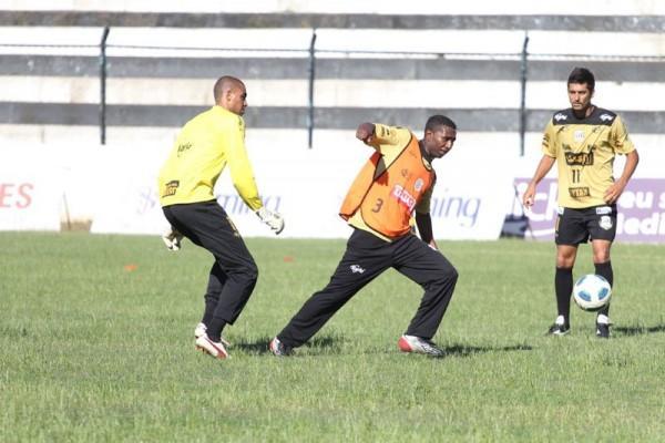Auxiliar-técnico Almir participou do rachão com os atletas - Foto: Clebert Gustavo