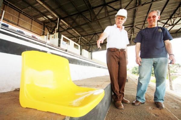 Engenheiro mostra ao diretor administrativo do Operário como serão colocadas as novas cadeiras na arquibancada do Germano Kruger - Foto: Clebert Gustavo