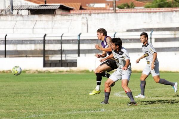 Comandados de Carlos Paiva realizaram jogo-treino contra o Corinthians-PR ontem à tarde - Foto: Clebert Gustavo