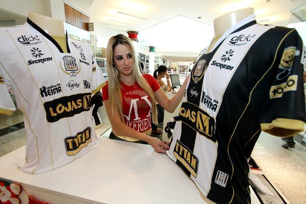 Operário iniciou ontem a venda das camisas, que fazem alusão aos cem anos comemorados em 2012 - Foto: Fábio Matavelli
