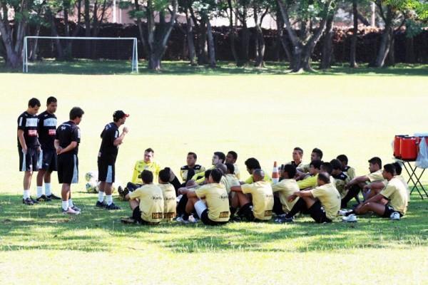 Carlos Paiva faz recomendações aos jogadores em treinamento. No próximo dia 14, equipe faz amistoso contra o Metropolitano