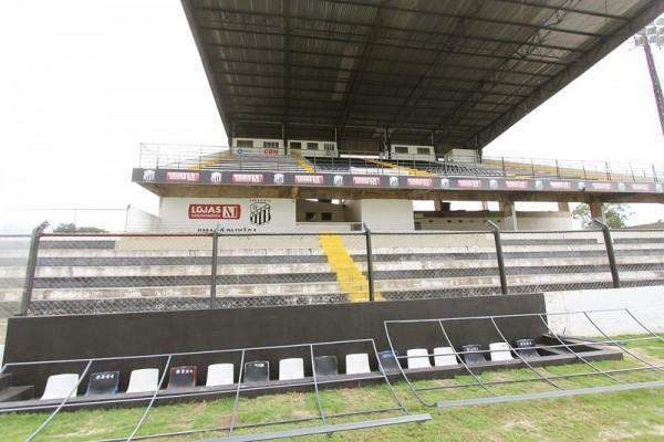 Exigência da Federação Paranaense de Futebol, banco de reservas do time visitante na lateral de campo, seria coberto ontem à tarde - Foto: Christopher Eudes