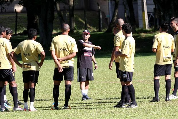 Carlos Paiva também se preocupa com eventuais contusões com aproximação da estreia no Paranaense