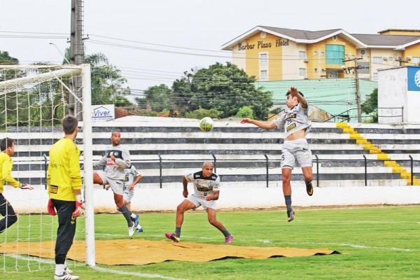 Treinamentos de bola parada devem ser intensificados durante a última semana de preparação do time de Vila Oficinas - Foto: Christopher Eudes