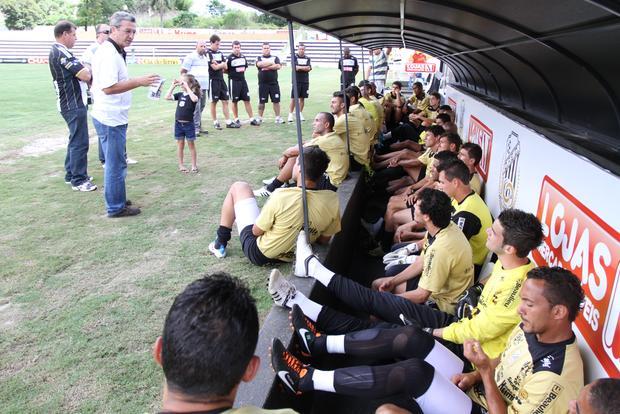 Presidente do Operário conversou com o elenco ontem à tarde, antes do último treino em Ponta Grossa - Foto: Fabio Matavelli