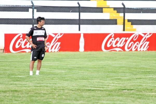 Carlos Paiva terá os desfalques dos meias Élvis e Grilo, quevinham treinando entre os titulares, logo na estreia do Estadual - Foto: Clebert Gustavo