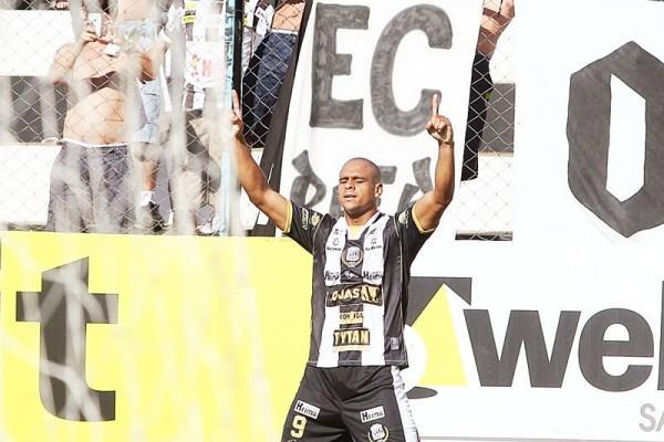 Atacante Ícaro comemora o gol que deu a primeira vitória ao Operário no Estadual - Foto: Christopher Eudes