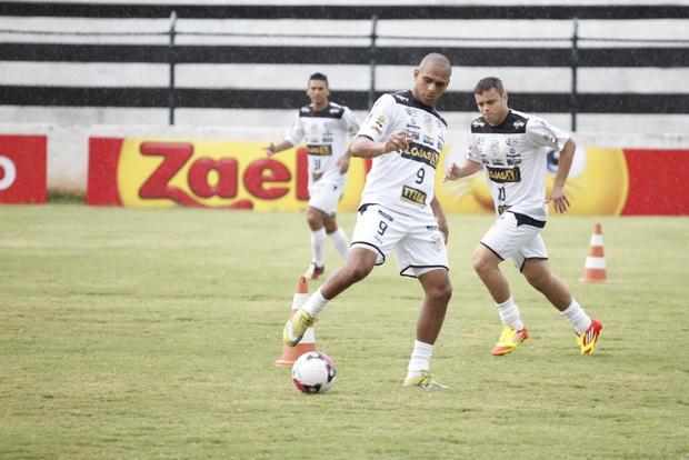 Ícaro, Ceará e Marcelinho (ao fundo) têm a missão de conduzir a parte ofensiva do Operário hoje - Foto: Rodrigo Covolan