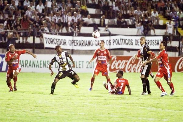 Maiquinho fixa os olhos na bola antes de marcar o primeiro gol do Fantasma contra o ACP - Foto: Clebert Gustavo
