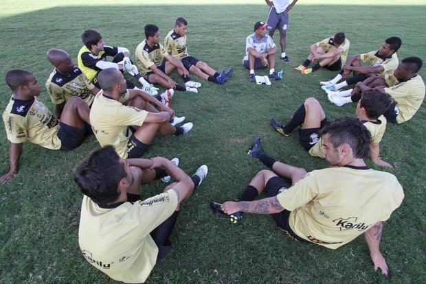 No treino de ontem, Lio conversou bastante com os jogadores do Fantasma - Foto: Fábio Matavelli